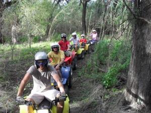 Eine Gruppe beim Quad-Biking in Namibia