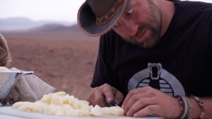 Oliver Beccarelli - auf Namibia-Expedition beim Käse schneiden