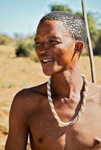 San-Jäger in Namibia - mit der traditionellen Kette aus Straußeneischalen