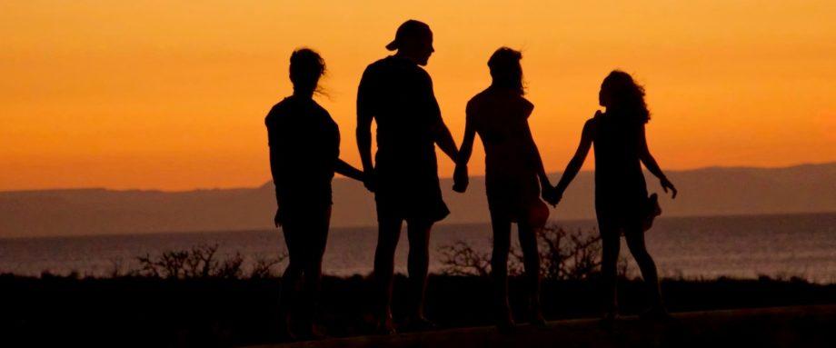 Familienreise Namibia - Familie mit Blick in den Sonnenuntergang