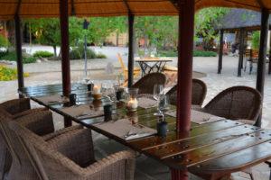 Blick auf den gedeckten Tisch im Innenhof der Onduruquea-Gästefarm
