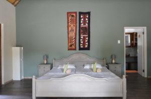 Blick ins Schlafzimmer der Deluxe-Rondavels auf Onduruquea
