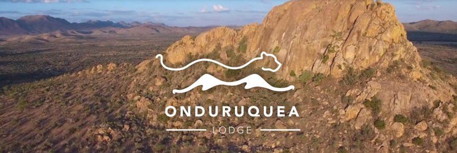 Luftaufnahme der Erongo-Berge auf der Onduruquea-Gästefarm