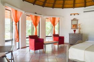 Sitzecke und Fensterfront der hellen, modernen Standard-Zimmer auf Onduruquea