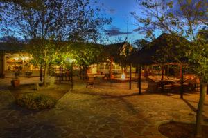 Blick auf den abendlichen Innenhof der Gästefarm