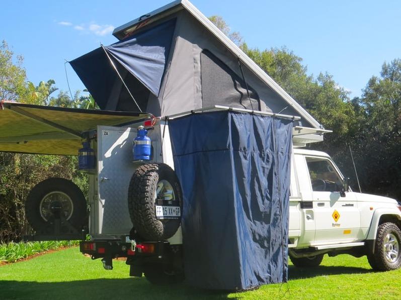 Aufgebauter Pop-Up-Camper von Bushlore auf Basis Land-Cruiser