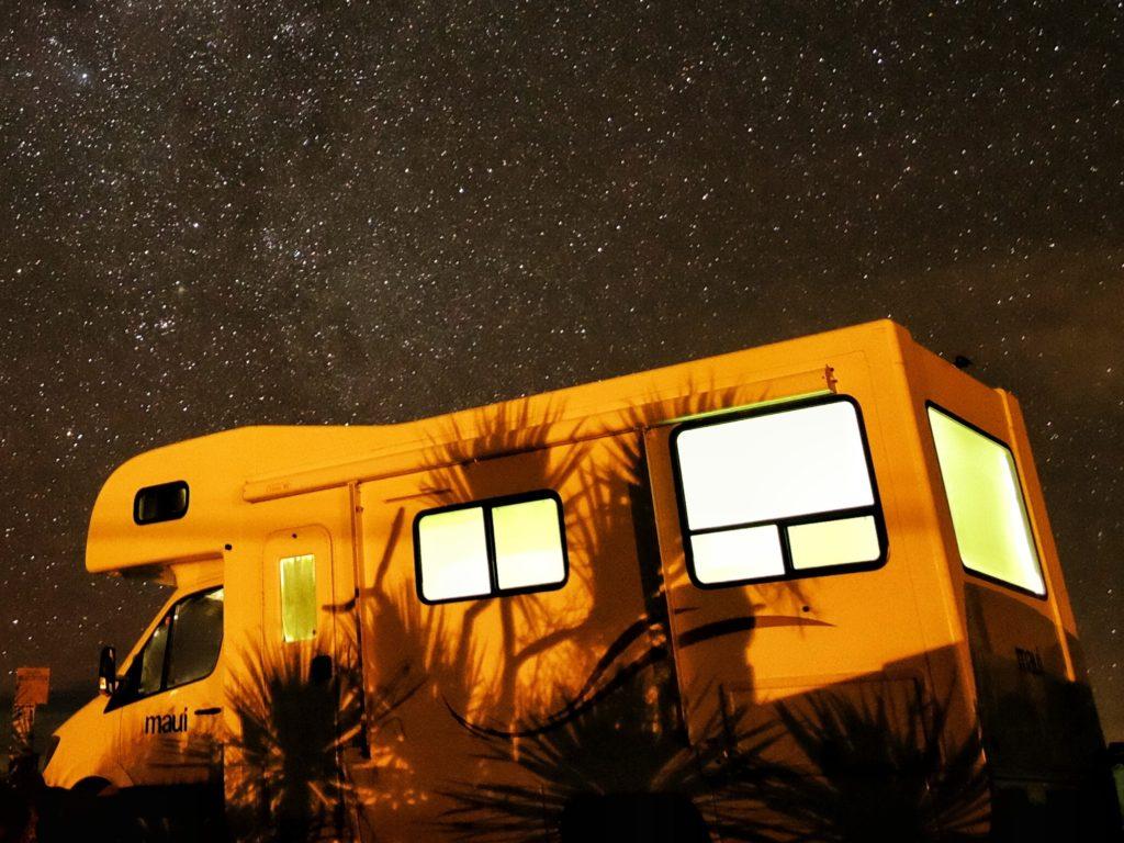 Wohnmobil unter Sternenhimmel