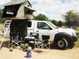 Nissan Single Cab mit aufgebautem Dachzelt und Campingausrüstung