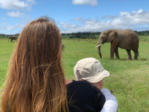 Mutter mit Kleinkind bei Elefantenbeobachtung