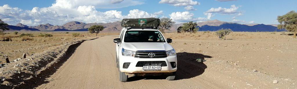Allrad-Camper vor Bergen in Namibia
