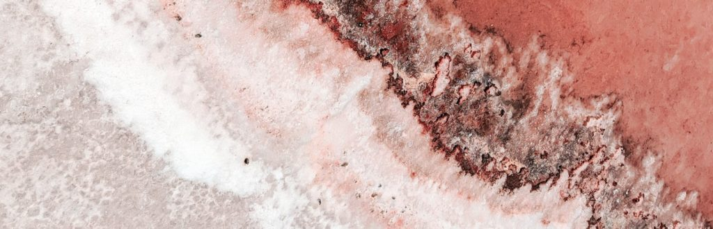 rote Salzkruste der Salzpfannen in Walvis Bay Namibia